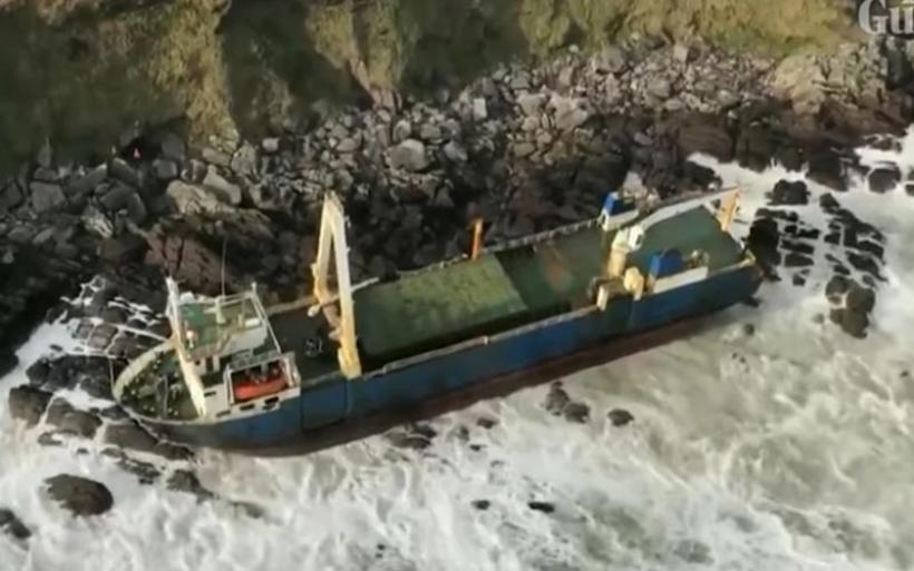 Στα βράχια της Ιρλανδίας εντοπίστηκε πλοίο-φάντασμα που έπλεε ακυβέρνητο