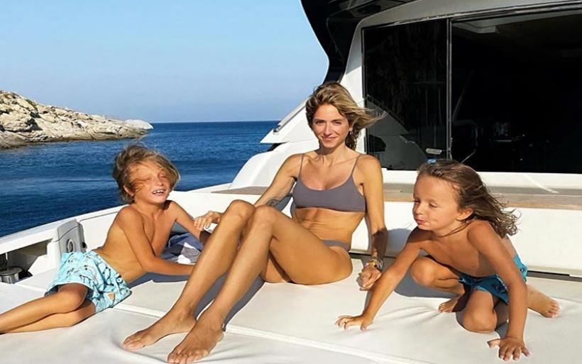 Σοφία Καρβέλα: Επέστρεψε στην Ελλάδα και κάνει διακοπές με τους γιους της στη Μύκονο!