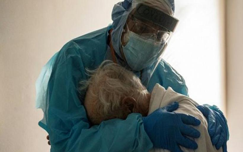 Πραγματικά χρειάζονται κάποιον! Σύμβολο της απελπισίας η φωτογραφία γιατρού που αγκαλιάζει ηλικιωμένο ασθενή